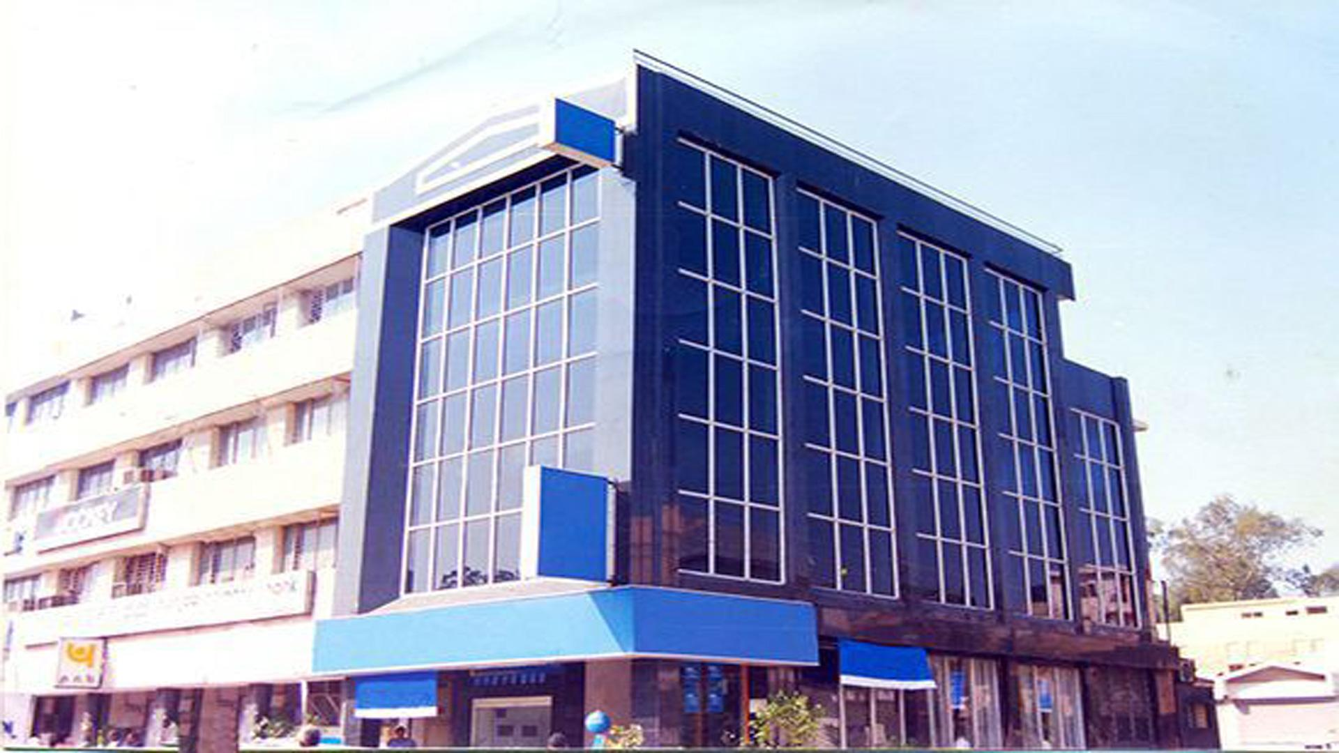 corner building in punjabi bagh available for rent
